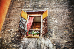 Деревенское окно в кирпичной стене в болонья Стоковые Изображения