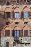 Деревенское окно в кирпичной стене в Сиене Стоковая Фотография RF
