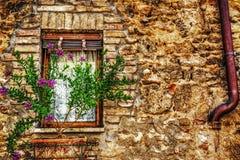 Деревенское окно в кирпичной стене в San Gimignano Стоковые Фотографии RF
