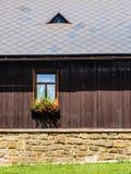 Деревенское окно в коттедже горы Стоковое Изображение