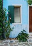 Деревенское окно с входом, островом Burano, Венецией Стоковое фото RF