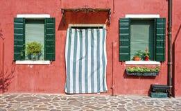 Деревенское окно с входом, островом Burano, Венецией Стоковые Изображения