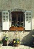 Деревенское окно с старыми штарками и цветочными горшками древесины в камне ru Стоковое Изображение