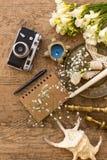 Деревенское планирование свадьбы и концепция фотографии Блокнот, seashells и винтажная камера стоковая фотография rf
