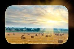 Деревенское поле с bales сторновки Стоковое Фото