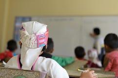 Деревенское lookin студента на whiteboard Стоковое Фото