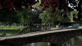 Деревня Англии в мосте Cotswolds и реке 4K сток-видео