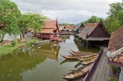 Деревня берега реки стиля ландшафта тайская Стоковая Фотография