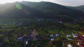 Деревня вида с воздуха около леса и реки видеоматериал