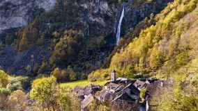 Деревня водопада трясет Foroglio Тичино Швейцарию воздушное 4k видеоматериал