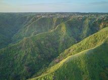 Деревня в зеленых холмах горы Стоковое фото RF