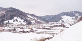 Деревня в зимнем времени стоковое изображение rf