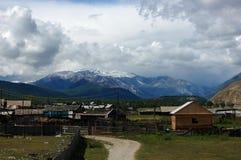 Деревня в долине горы Стоковое фото RF