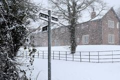 Деревня в снеге стоковые фото