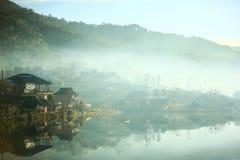 Деревня в тумане зимы стоковое изображение rf