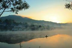 Деревня в тумане Стоковые Изображения