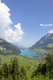 Деревня в швейцарских горах Стоковые Изображения