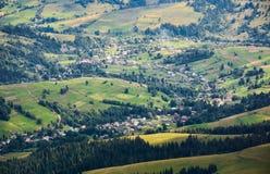 Деревня в sunlit долине Стоковое Изображение