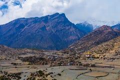 Деревня гор Himalays взгляда ландшафта Точка зрения утра природы Азии Фото горы Trekking Горизонтальное изображение Стоковая Фотография
