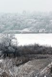 Деревня зимы на реке побережья стоковое изображение rf