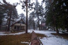 Деревня зимы под горой Стоковая Фотография