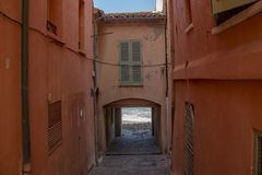 Деревня известных и навязчивой рекламы St Tropez стоковые изображения rf