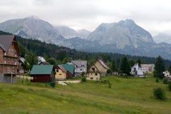 Деревня и горные пики в облаках в национальном заповеднике Durmitor, Черногории Стоковое фото RF