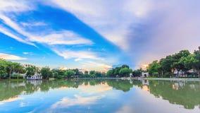 Деревня и озеро от полдня пашут рассвет сток-видео