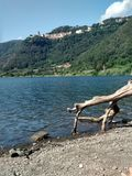 Деревня и озеро Nemi в Италии Стоковое фото RF