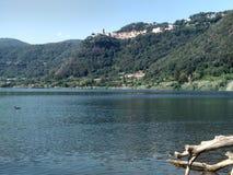 Деревня и озеро Nemi Стоковая Фотография