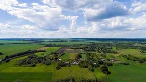 Деревня и поле центральной России сверху стоковые изображения