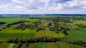 Деревня и поле центральной России сверху стоковые фотографии rf