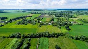 Деревня и поле центральной России сверху стоковое изображение