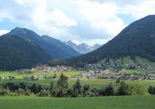 Деревня и сено field в австрийских Альпах Стоковые Фотографии RF