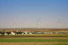 Деревня и электрическая станция экологической энергии энергии ветра Стоковые Фото
