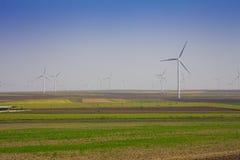 Деревня и электрическая станция экологической энергии энергии ветра Стоковое Изображение