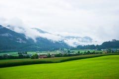 Деревня и Gruyeres рокируют на горах Prealps в Fribourg Швейцарии Стоковые Фото