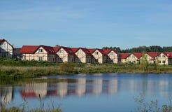 Деревня коттеджа на озере Стоковое Изображение RF
