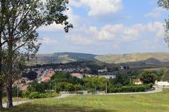 Деревня между холмами Стоковая Фотография