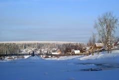 Деревня на банке реки зимы Стоковое фото RF