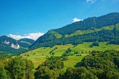 Деревня на горах Prealps в районе грюйера в Fribourg Швейцарии Стоковое Фото