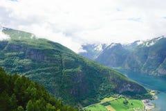 Деревня на ноге холма около берегов фьорда Стоковое Изображение RF