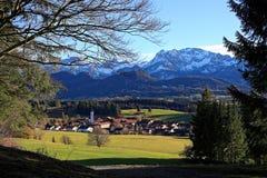 Деревня на предгорьях Альпов весной Стоковые Изображения