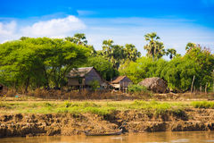 Деревня на реке Irrawaddy, Мандалае, Мьянме, Бирме Скопируйте космос для текста стоковые изображения
