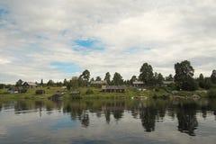 Деревня на речном береге. Стоковое Изображение RF