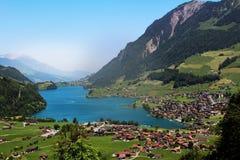 Деревня озера горный вид и голубое небо Стоковое Фото