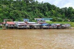 Деревня расположена на банках реки Limbang Serawak Стоковые Фотографии RF