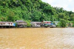 Деревня расположена на банках реки Limbang Serawak Стоковое Фото