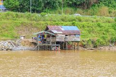 Деревня расположена на банках реки Limbang Serawak Стоковые Изображения RF