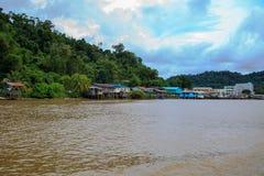 Деревня расположена на банках реки Limbang Serawak Стоковые Изображения
